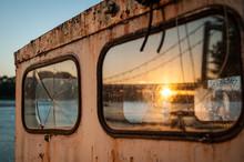 Soleil Et Pont Se Reflétant Dans La Vitre D'un Bateau Abandonné