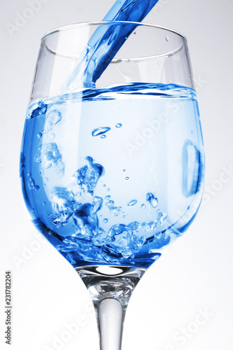 Fotografia  pouring water into the goblet