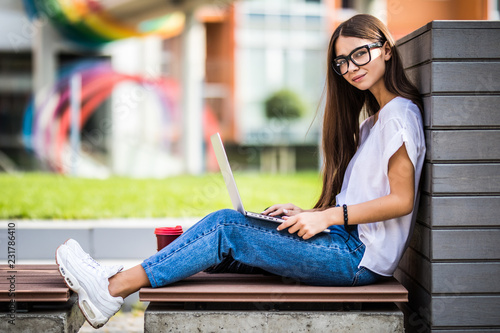 Photo  Portrait of amazing beautiful young woman using laptop computer outdoors