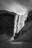 wodospad kaskadowo w czerni i bieli - 231798223