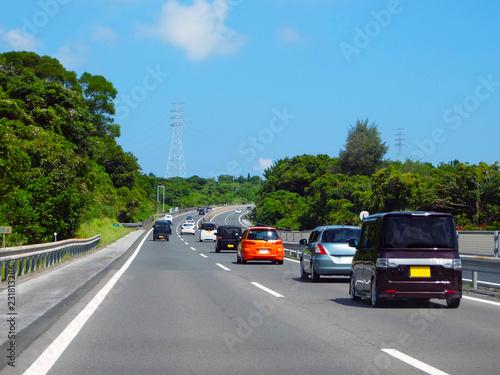 スムーズに車が走る高速道路。