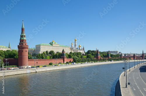 In de dag Moskou Summer view of the Moscow Kremlin, the Kremlin and the Sofiyskaya embankment, Russia