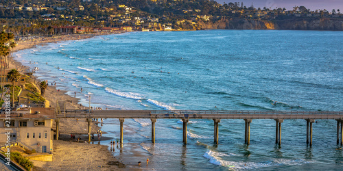 Valokuva  Scripps Pier and San Diego shoreline with houses