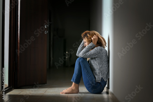 Fotomural Woman having panic attack indoors