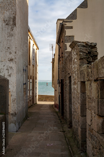 Plakat Mała ulica na porcie, wyspa Sein, zima, Brittany, Francja