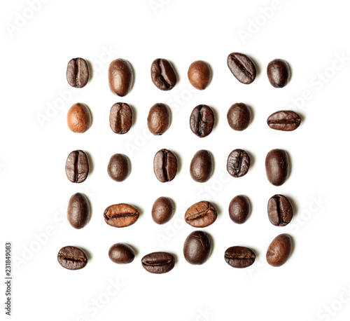 Cadres-photo bureau Café en grains Roasted coffee beans on white background, flat lay