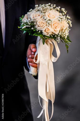 Bouquet Sposa Rose Rosa.Mano Di Uno Sposo Che Tiene In Mano Un Elegante Bouquet Composto