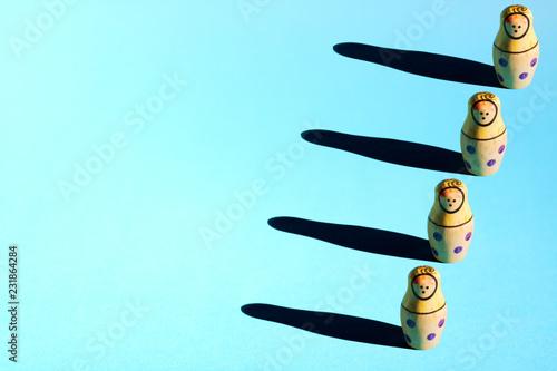 Fotografía Row of nesting dolls with hard shadows on background