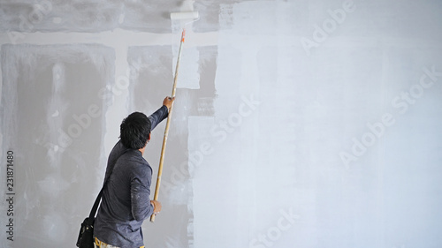 THE TECHNICIAN painting white color on wall
