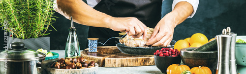 Foto Chef preparing stuffed duck