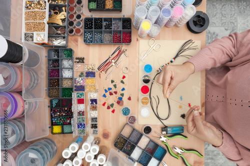 Photo takı tasarımcısı boncuklar ile kolye örme, el sanatları