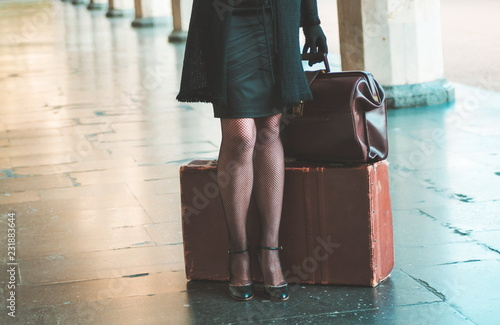 Fotografía  Retro woman on the train station