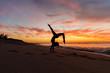 mulher fazendo ioga ao nascer do sol