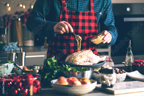 Fotografía  Man preparing delicious and healthy food in the home kitchen for christmas (Chri