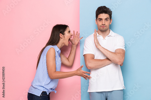 Fotografía Photo of crazy woman in casual clothes yelling at man standing face to face, iso