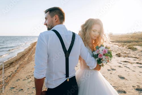 bride and groom on the seashore Fototapet