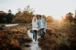 canvas print picture - Junges, verliebtes Paar bei einem romantischen Spaziergang im Park