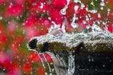 Fontanna w miejskim parku ze spadającymi kroplami wody