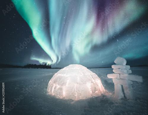Staande foto Noorderlicht Igloo and the northern lights, Canada