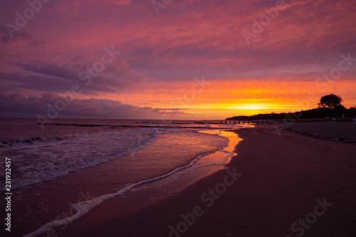 Deurstickers Crimson Sonenaufgang über dem kühlungsborner Strand an der Ostsee