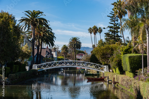Tuinposter Amerikaanse Plekken Beautiful sunshine day on the Venice Beach Canals neighbourhood near Los Angeles, California