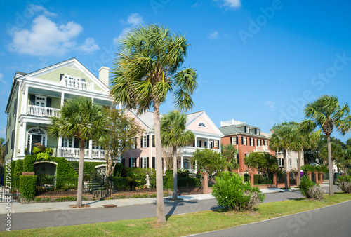 Foto  Bright scenic morning view of the historic Battery neighborhood with palmetto pa