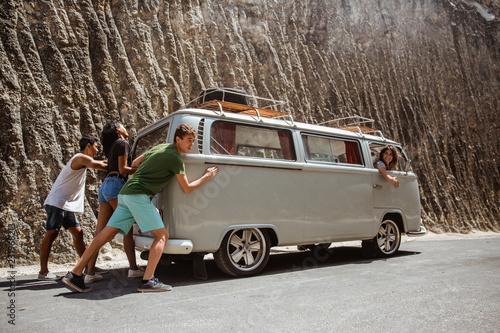 Fotomural portrait friends hipster push broke down retro van