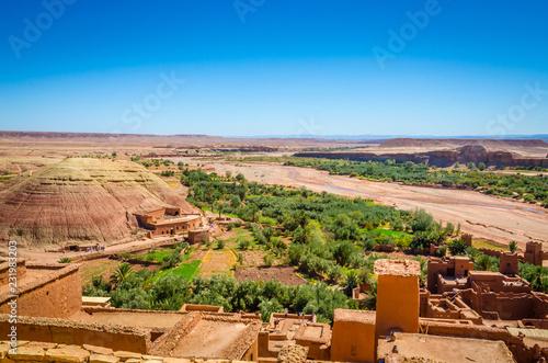 Fotografía  Aerial view on Kasbah Ait Ben Haddou and desert near Atlas Mountains, Morocco