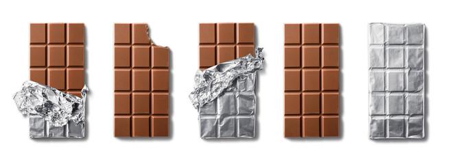 Pogled odozgo na pločice mliječne čokolade. Izolirano na bijeloj pozadini