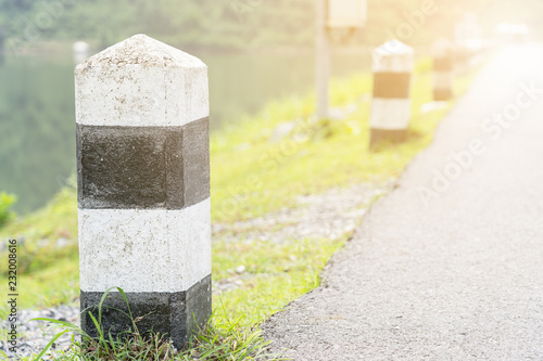 Foto  Close up of Black and white milestone with green grass.