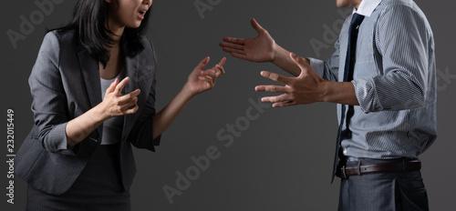 Photo 対立するビジネスマンとビジネスウーマン