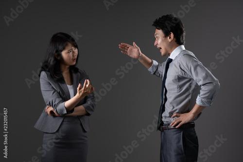 対立するビジネスマンとビジネスウーマン Canvas Print
