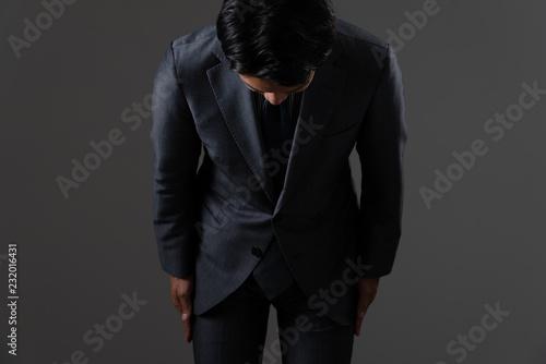 Photo お辞儀をするビジネスマン