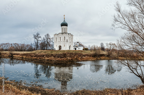 Spoed Foto op Canvas Aziatische Plekken Church of the Intercession on the Nerl in late autumn in Bogolyubovo, Vladimir region, Russia