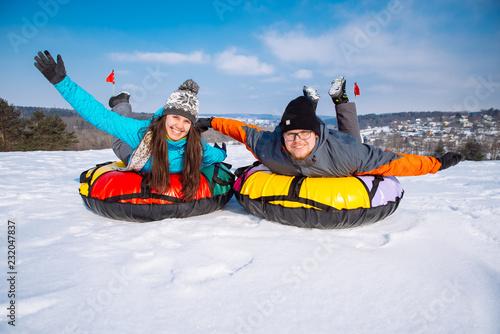 Poster Glisse hiver friends having fun. snow tubing. winter activity.