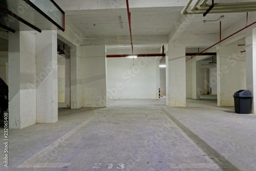 In de dag Industrial geb. underground empty parking lot