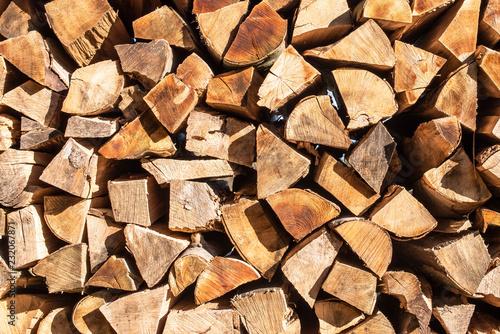 Tuinposter Brandhout textuur Gestapeltes Brennholz für den Winter als Hintergrund