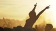 sonnenuntergang auf einem open air festival