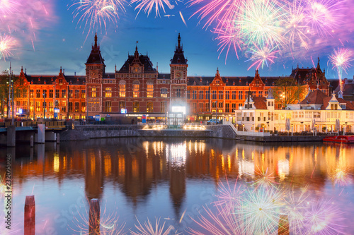 Foto op Aluminium Historisch geb. cityscape with central railway station and old town canal illuminated at night, Amsterdam, Holland