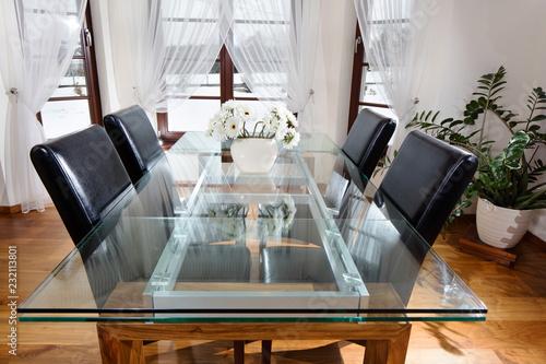 Fototapeta Szklany stół wraz z krzesłami w gościnnym pokoju obraz