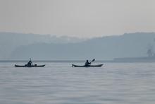 Paddler Auf Einem See Bei Nebel, Kajak, Kanu