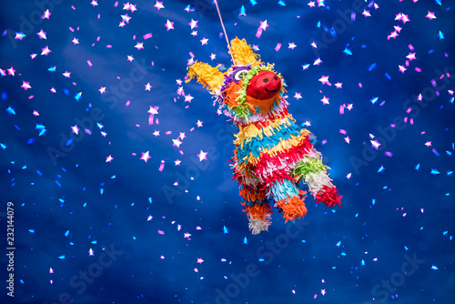 Papel de parede  piñata para cumpleaños y navidad, colorida con luces brillantes, fondo verde y a