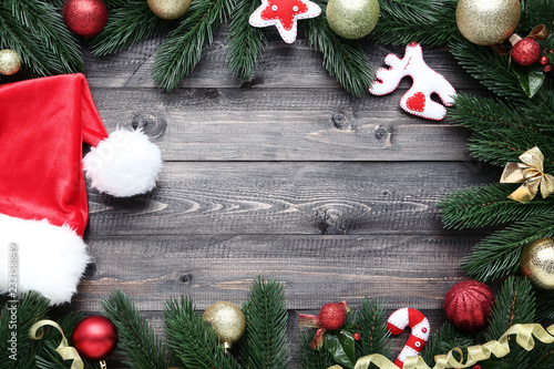Fotografía  Christmas decorations with soft toys and santa hat on wooden table