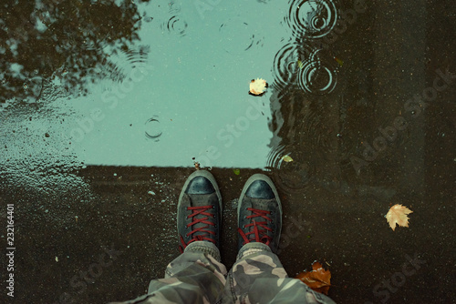 Fotografia Standing in the drizzle puddle on the street