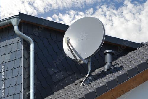 Fotografía  Satelliten-Antenne auf einem Ziegeldach