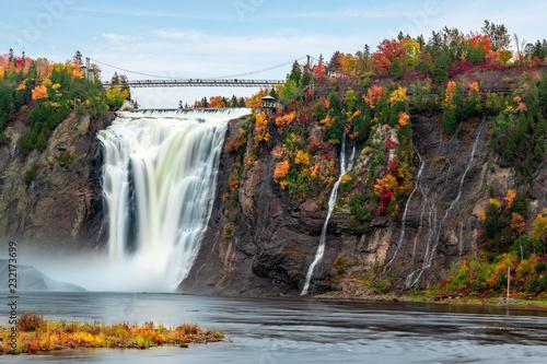 Naklejka premium Montmorency Falls i most jesienią z kolorowymi drzewami
