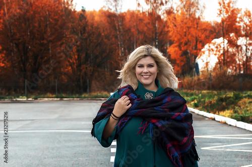 Foto  fat beautiful girl outside in autumn