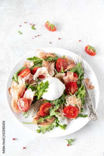 Fototapeta Sałatka z burratą, rukolą i pomidorkami obraz