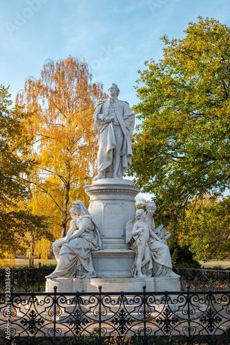 Fotobehang Historisch mon. Johann Wolfgang von Goethe statue / sculpture in Berlin, Germany
