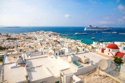 Poster de jardin Europe Méditérranéenne Panoramic view over Mykonos town with white architecture and cruise liner in port, Greece